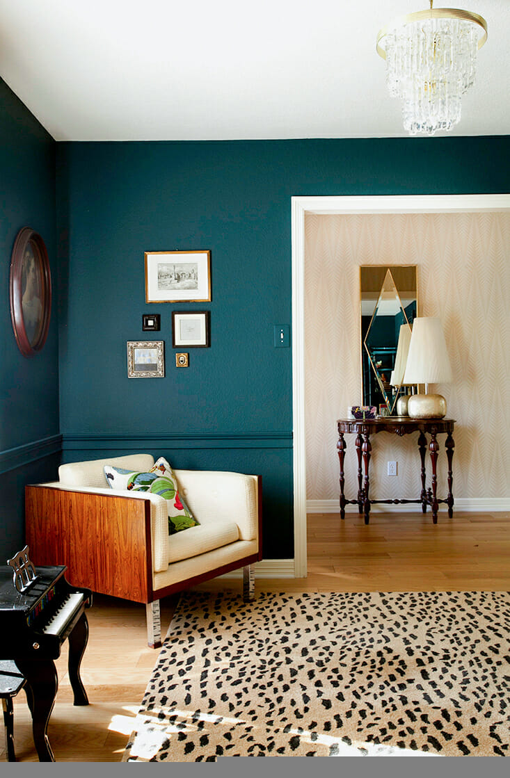 How to use bold paint colors in your living room for What paint finish for living room