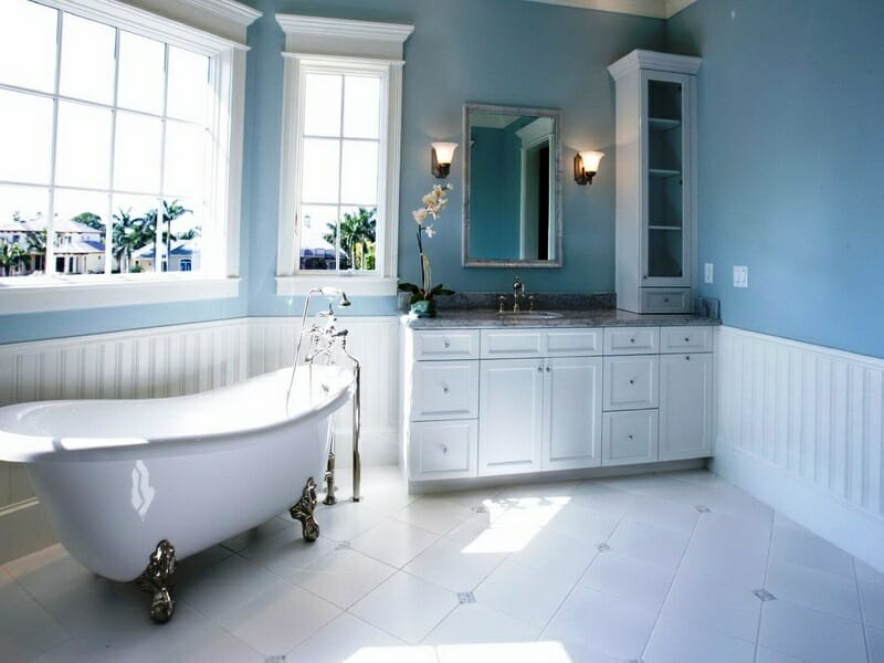 How to decorate with different shades of blue decorilla for Small bathroom ideas paint colors