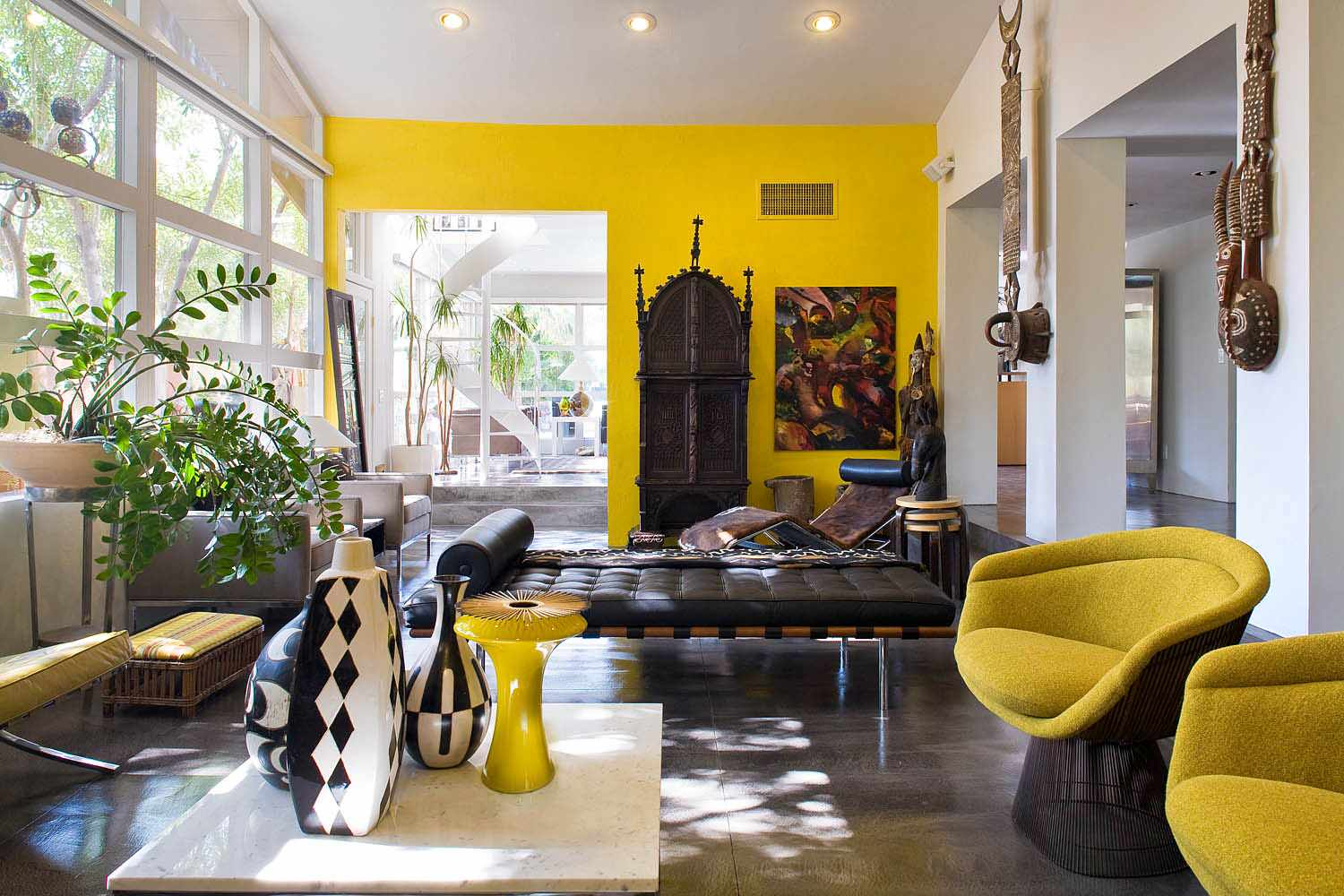 Accent-wall-colors-in-bright-and-cheerful-living-room